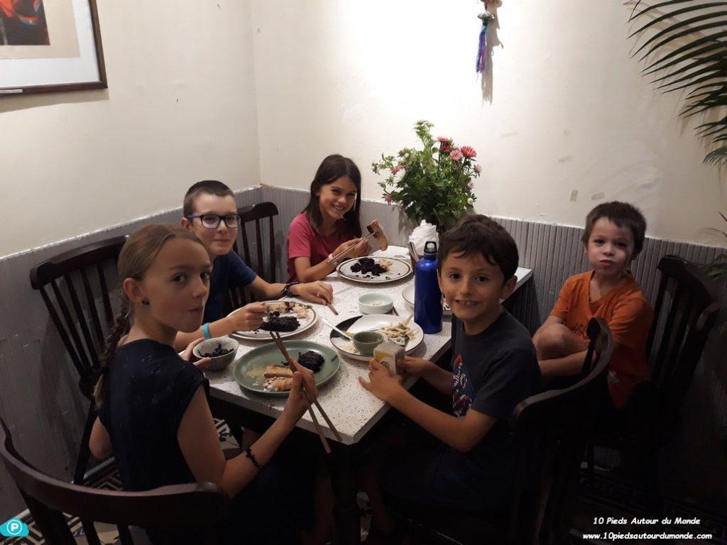 Les enfants avec Inès et Thibault