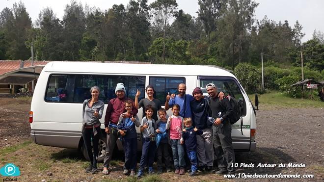 Groupe avec chauffeurs et van